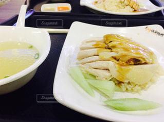 テーブルの上に食べ物のプレート - No.804840