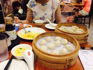 食品のプレートをテーブルに座っている人々 のグループ - No.804843