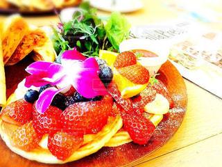 テーブルの上に食べ物のプレートの写真・画像素材[811898]