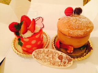 テーブルの上の果物とケーキの写真・画像素材[811917]