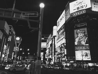 忙しい街の通りの写真上の白い文字と黒い印の写真・画像素材[814393]