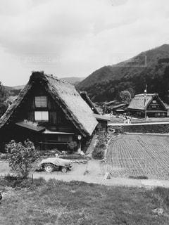 背景の山の家の写真・画像素材[814407]