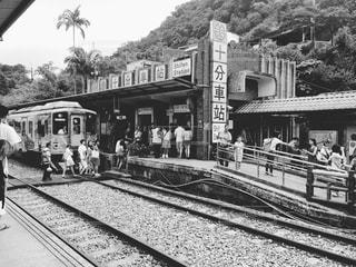 駅に立っている人のグループの写真・画像素材[814423]