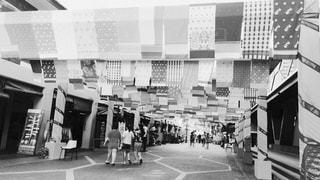 店の前に立っている人の写真・画像素材[814442]