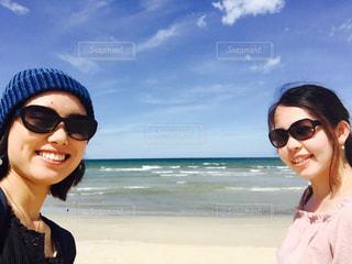 カメラにポーズのビーチに立っている女性の写真・画像素材[825826]