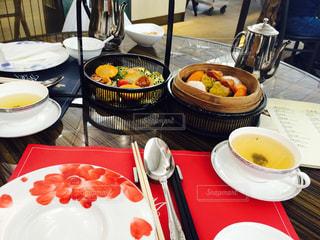 テーブルな皿の上に食べ物のプレートをトッピングの写真・画像素材[859444]