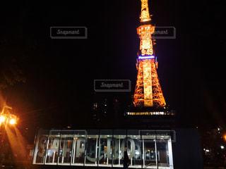 クロック タワーは夜ライトアップの写真・画像素材[880211]