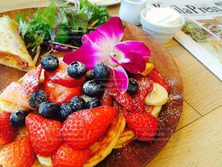 テーブルの上に食べ物のプレートの写真・画像素材[897357]