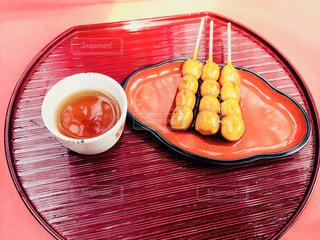 テーブルの上に食べ物のプレートの写真・画像素材[906921]