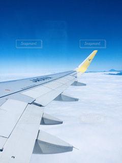空を飛んでいる飛行機の写真・画像素材[909149]