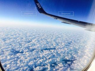 空を飛んでいる飛行機の写真・画像素材[909150]