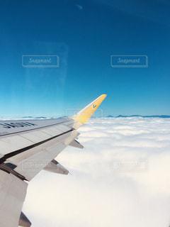 空を飛んでいる飛行機 - No.909152
