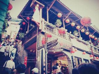 店の前に立っている人々 の群衆の写真・画像素材[925198]