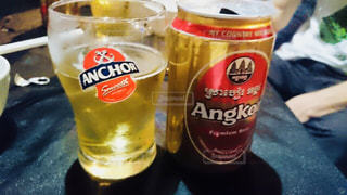 テーブルの上のビールのカップ - No.927280