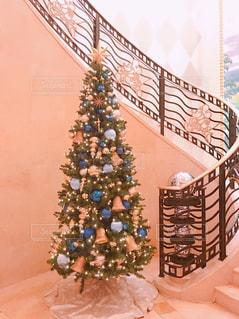 近くの部屋の中に飾られたツリーのアップの写真・画像素材[934177]