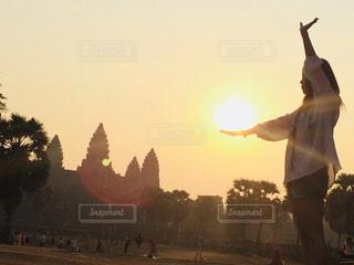 日没の前に立っている男の写真・画像素材[955646]