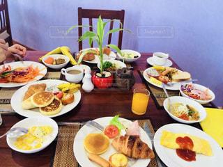 テーブルな皿の上に食べ物のプレートをトッピングの写真・画像素材[1145805]