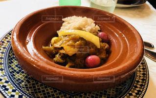 板の上に食べ物のボウルの写真・画像素材[1271009]