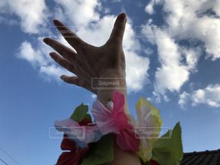 花をつけている人の写真・画像素材[715502]