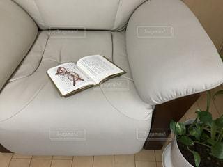 屋内,本,読書,めがね,眼鏡,椅子,家具,ソファ