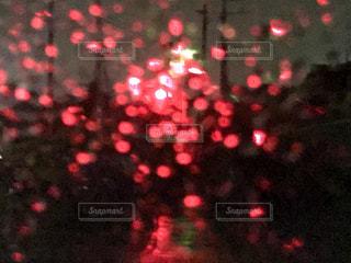 雨の中、車の中から見た踏切の写真・画像素材[818377]