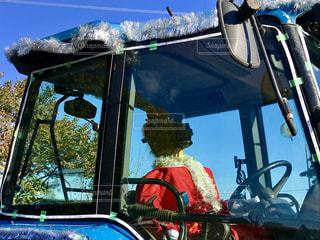 トラクターに乗っているのはサンタクロースでもトナカイでもない。馬!でした😅の写真・画像素材[938462]