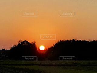 山の凹みに沈むオレンジ色の夕日の写真・画像素材[1269134]