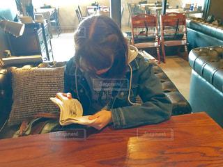 カフェで読書📓📕📚の写真・画像素材[1555839]