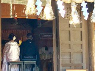 神社に行った時、神前挙式が行われていました。とても素敵なお二人でした💕の写真・画像素材[1586210]