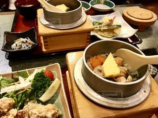 食事,テーブル,野菜,料理,おいしい,唐揚げ,熱々,天ぷら,フォトジェニック,釜めし,五目,釜飯屋,鶏から揚げ