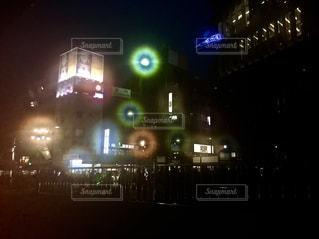 夜の浅草にフェンス越しに見える群衆のシルエットの写真・画像素材[1680570]