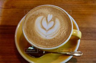 飲み物,カフェ,かわいい,黄色,茶色,テーブル,ハート,マグカップ,カップ,ラテアート,ベージュ,飲料,フォトジェニック,インスタ映,ミルクティー色