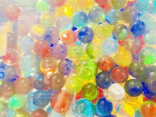 カラフルなビー玉の写真・画像素材[2381391]