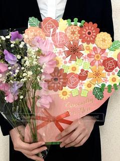 卒業する先輩に花束とフラワーブーケ色紙を贈りたい😊の写真・画像素材[2881972]