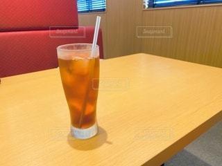 テーブルの上のは烏龍茶の写真・画像素材[3562896]