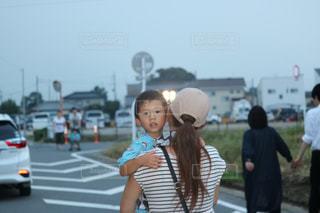 通りを歩きながら小さな女の子の写真・画像素材[720323]