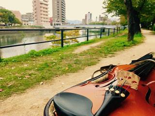バイオリンの練習、川辺にての写真・画像素材[816425]