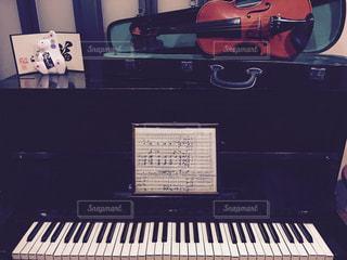 被爆ピアノとバイオリンの写真・画像素材[816434]