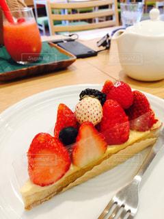 皿の上の果物とケーキのスライスの写真・画像素材[922438]