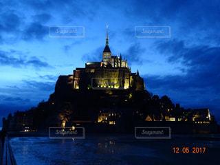 時計塔を持つ城の夜間ライトアップの写真・画像素材[774815]