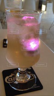 テーブルの上のガラスのコップの写真・画像素材[854239]