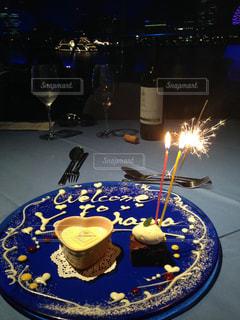 テーブルの上に座って青と白プレートとガラスの写真・画像素材[868081]
