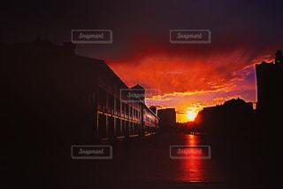 街に沈む夕日の写真・画像素材[768948]