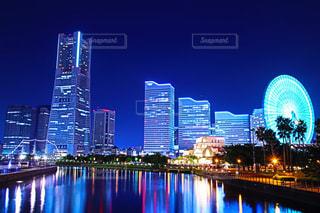 バック グラウンドで市と水の大きな体の写真・画像素材[768970]