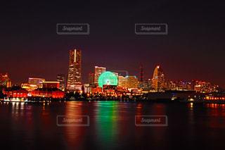 バック グラウンドで市と水の大きな体のビューの写真・画像素材[769680]