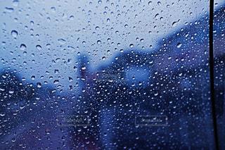 雨の中で紫色の光の写真・画像素材[813045]