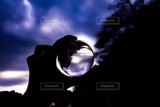 暗闇の中で立っている人の写真・画像素材[1201950]