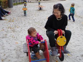 ビーチに座っている小さな子供 - No.738860