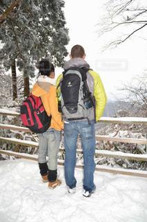雪の中に立っている人々 のグループ - No.766321