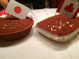 テーブルの上のチョコレート ケーキのプレートの写真・画像素材[799807]